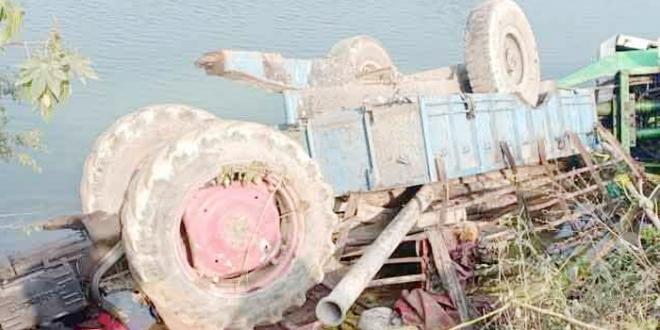 ट्रैक्टर के टायर फटने से नहर में गिरने से पांच मजदूरों की मौत
