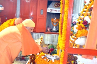 CM योगी ने मकर संक्रांति पर्व पर चढ़ाई गोरक्षनाथ मंदिर में खिचड़ी