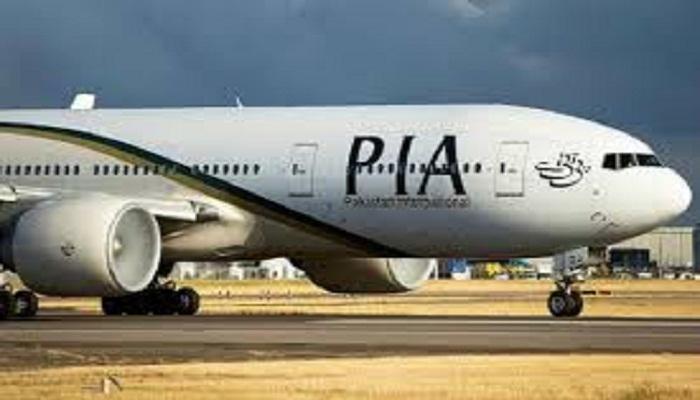 कराची एयरपोर्ट के पास विमान क्रैश
