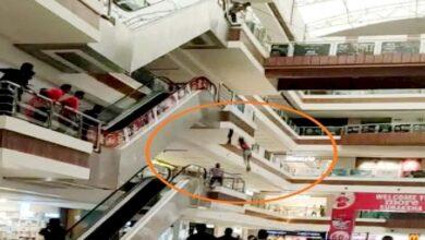 मॉल की तीसरी मंजिल से कूदी