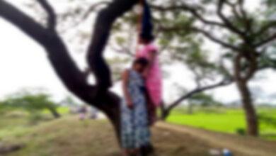 पेड़ से लटका मिला दो सहेलियों का शव