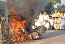 इंडिया गेट पर ट्रैक्टर जलाया