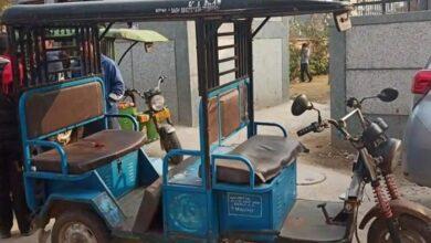 ई-रिक्शा से 12 वर्षीय एक बच्ची की मौत A 12-year-old girl dies from an e-rickshaw