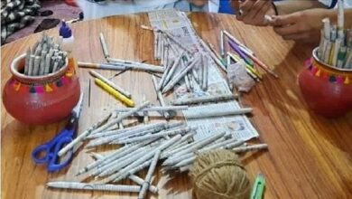 अखबार से बना डाला पेन