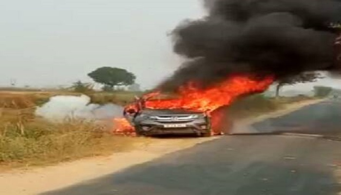 कार में अचानक लगी आग businessman's car burnt