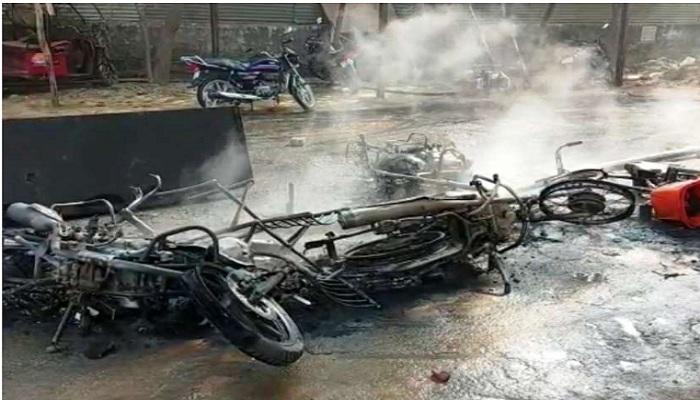 गुस्साई भीड़ ने पुलिस चौकी Angry mob burnt police post फूंकी