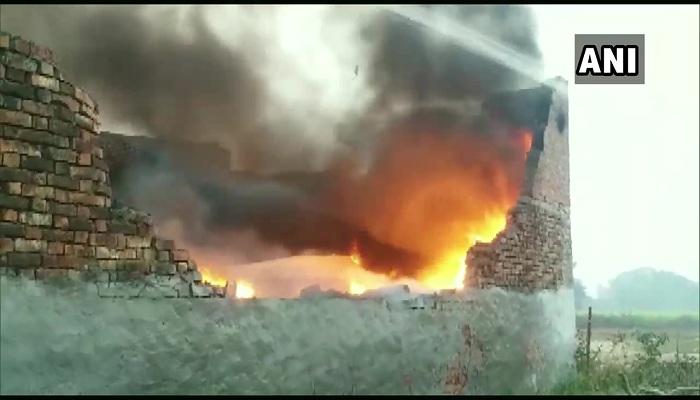 प्लास्टिक के अवैध गोदाम में लगी आग fire broke out in an illegal plastic warehouse in Chinhat Matiyari
