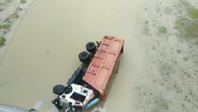 trucks fall in ganga